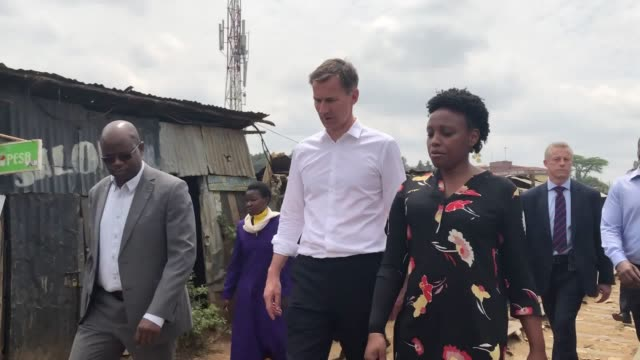 stockvideo's en b-roll-footage met foreign secretary jeremy hunt visits the kibera slum in western nairobi, kenya, at the end of his week long trip to africa. - sloppenwijk