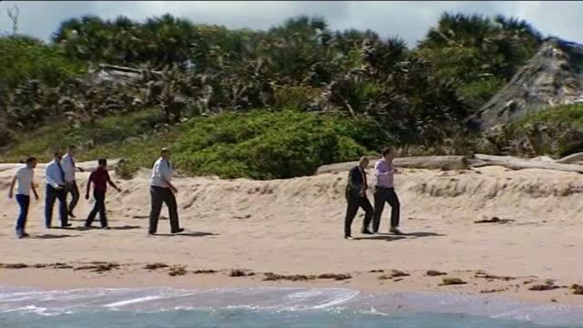 foreign secretary william hague visit september 2011 kiwayu safari village people along on beach beach hut on island where british tourist david... - ソマリア点の映像素材/bロール