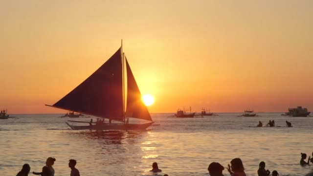 vídeos y material grabado en eventos de stock de foreigners and locals enjoy a sunset on boracay in the philippines before the island shuts down to tourists for six months from thursday - boracay filipinas
