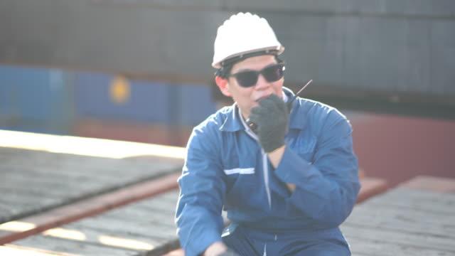 foreman und engineer befehl funksteuerung steuerung laden container-box am lagerhafen terminal - anlegestelle stock-videos und b-roll-filmmaterial