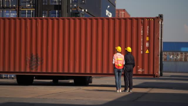 vidéos et rushes de commande de contrôle de contremaître au chargement de la boîte de conteneurs de cargo box truck pour l'exportation d'importation - débardeur