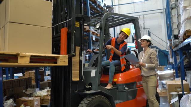 vorarbeiter im gespräch mit gabelstaplerfahrerin - dockarbeiter stock-videos und b-roll-filmmaterial