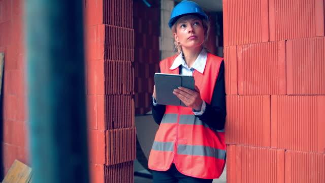 vidéos et rushes de chef d'atelier à l'aide de tablette numérique et faire le contrôle de la qualité sur chantier - travelling sur chariot