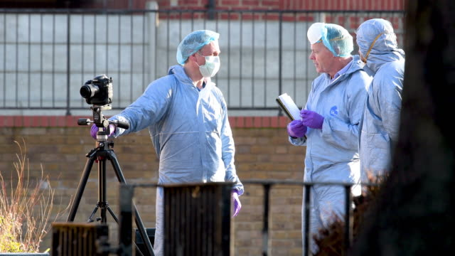 vidéos et rushes de forensic police officers attend the marcus lipton youth club in minet road southwest london after a 23yearold man was fatally stabbed yesterday on... - expertise médicolégale
