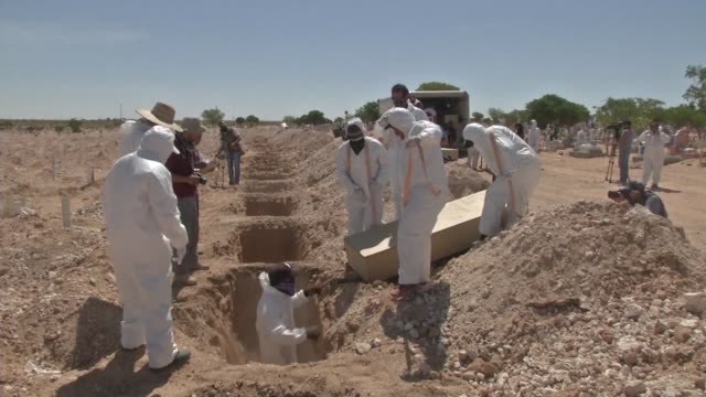 vídeos de stock e filmes b-roll de a forensic team in mexico's ciudad juarez buries 40 bodies a majority of which have not been identified to free up space in the government forensic... - enterrado