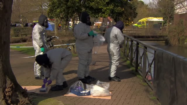 vídeos de stock, filmes e b-roll de forensics officers in salisbury taking samples from railings and a metal pole near the site of the poisoning of sergei and yulia skripal - amostra científica