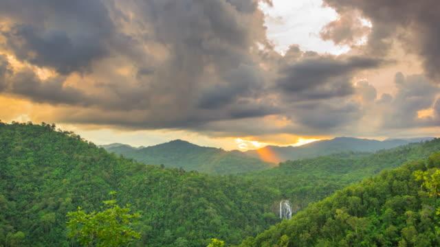 Bosque y nubes