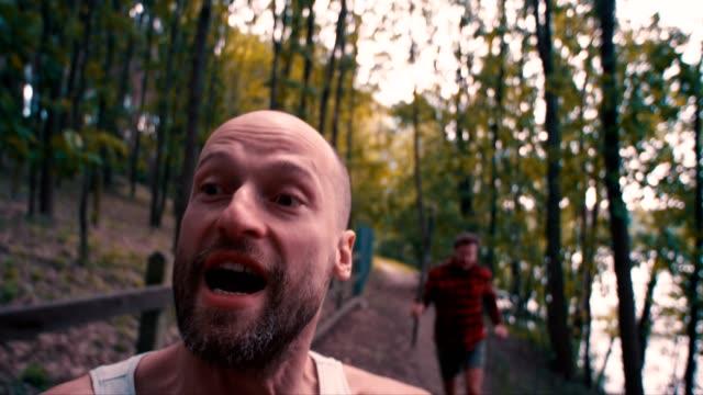 森林暴行 - 逃げる点の映像素材/bロール