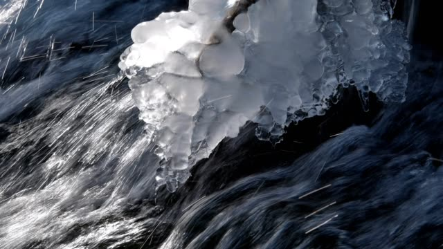 vídeos de stock, filmes e b-roll de forest brook waterfall in winter with ice formations - pingente de gelo