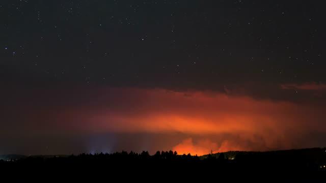 forest fire at night, timelapse - hügelkette stock-videos und b-roll-filmmaterial