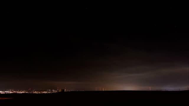vídeos de stock e filmes b-roll de forest fire smoke at night, timelapse - rapid city