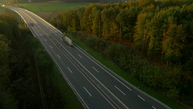 vídeos de stock, filmes e b-roll de vista aérea de florestas que circundam a highway - prefeitura