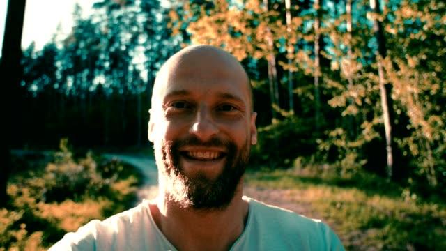 stockvideo's en b-roll-footage met boswandeling. pov - kleding