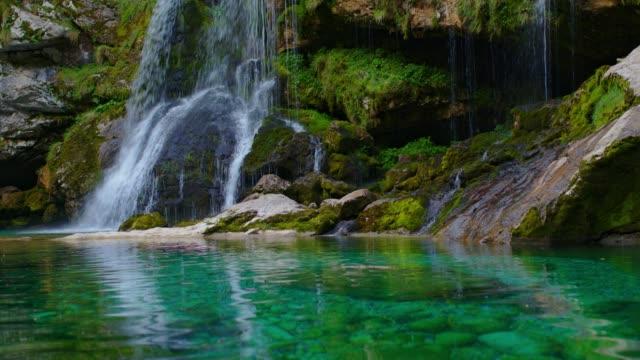 waldwasserfall virje - türkis blau stock-videos und b-roll-filmmaterial