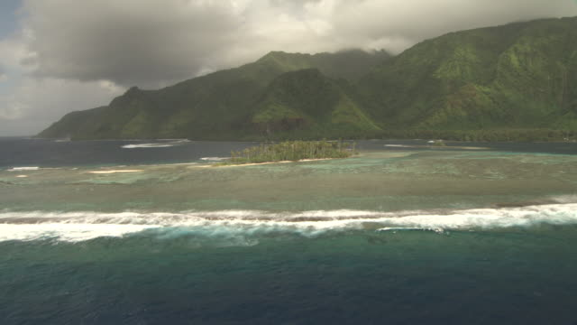 stockvideo's en b-roll-footage met forested hills, island and coral reef, tahiti, french polynesia - tahiti