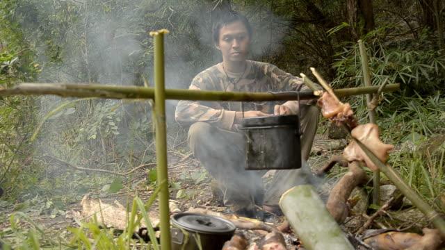 vídeos de stock, filmes e b-roll de forester cuidado para preparação de comida. - forester
