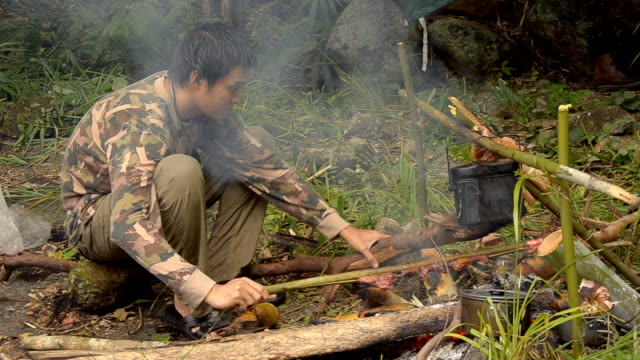 vídeos de stock, filmes e b-roll de forester preparar lenha. - forester