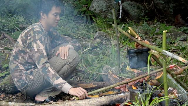vídeos de stock, filmes e b-roll de forester preparando comida - forester