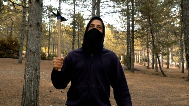 vídeos de stock, filmes e b-roll de forester que está na floresta - forester