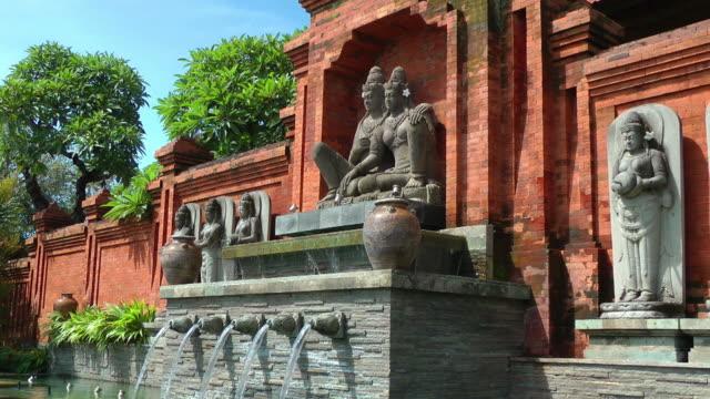 vidéos et rushes de forever amoureux: temple hindou de détails - bali