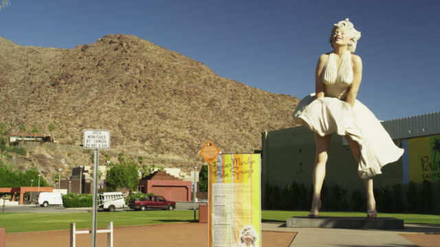 stockvideo's en b-roll-footage met forever marilyn on south palm canyon drive - vrouwelijke gestalte