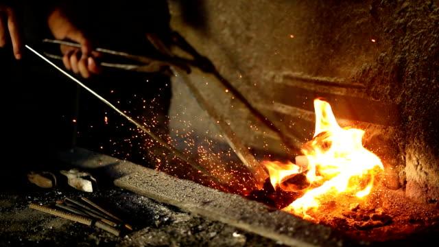 schmiede in schmiedewerkstatt - schmiede stock-videos und b-roll-filmmaterial