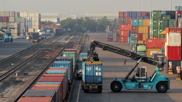 carrello elevatore a forca movimentazione carico casella contenitore di treno merci - box container video stock e b–roll