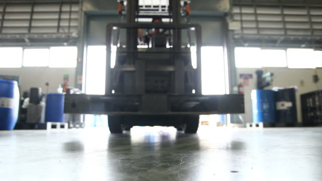 stockvideo's en b-roll-footage met forklift in warehouse - heftruck