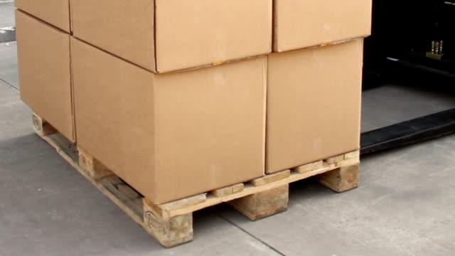 vídeos y material grabado en eventos de stock de carga una carretilla elevadora para palés - paleta herramientas industriales