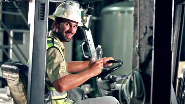 gabelstaplerfahrer pause, trinkwasser - fließbandarbeiter stock-videos und b-roll-filmmaterial