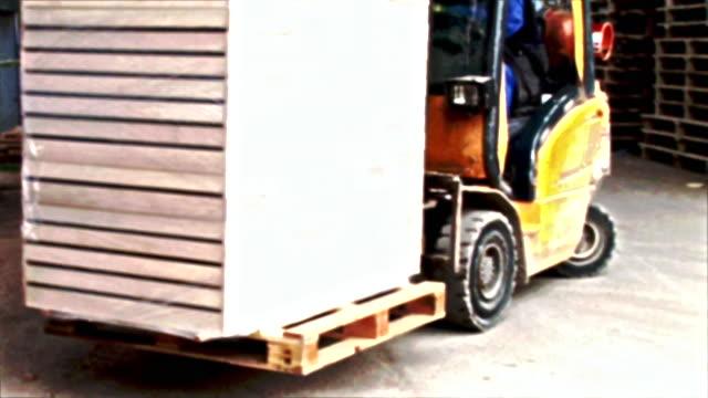 hd: gabelstapler - hochziehen stock-videos und b-roll-filmmaterial