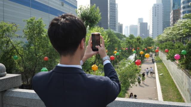 vídeos y material grabado en eventos de stock de hombre de negocios coreano formal - viajar a la capital y disfrutar después del trabajo - sms