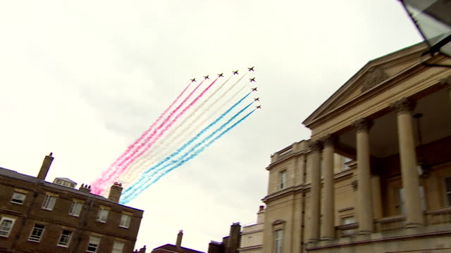 a formation of fighter jets flying over lancaster house to mark the centenary of the raf - 英国空軍点の映像素材/bロール
