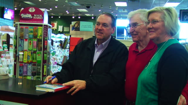 vídeos de stock e filmes b-roll de former arkansas governor greets fans and signs autographs. - autografar