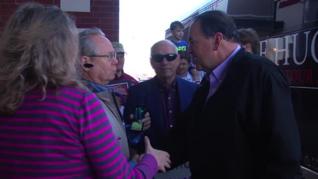 former arkansas governor greets fans. - 親筆簽名 個影片檔及 b 捲影像
