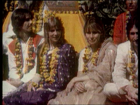 vídeos de stock e filmes b-roll de death announced lib harrison and the beatles sat with the maharishi mahesh yogi harrison and other beatles wearing psychadelic clothing - the beatles