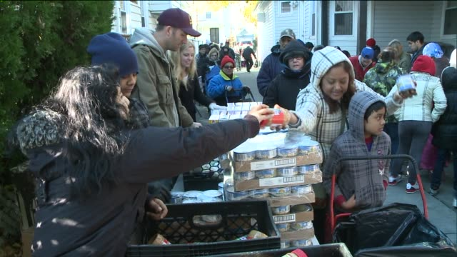 former congressman and mayoral candidate anthony weiner volunteers every weekend handing out hundreds of turkeys and other thanksgiving foods the... - thanksgiving politics stock videos & royalty-free footage