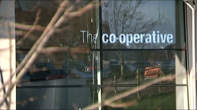 stockvideo's en b-roll-footage met former co-op bank chairman paul flowers charged with drugs possession; r11031424 manchester: co-operative bank headquarters pull focus london: branch... - voorzitter