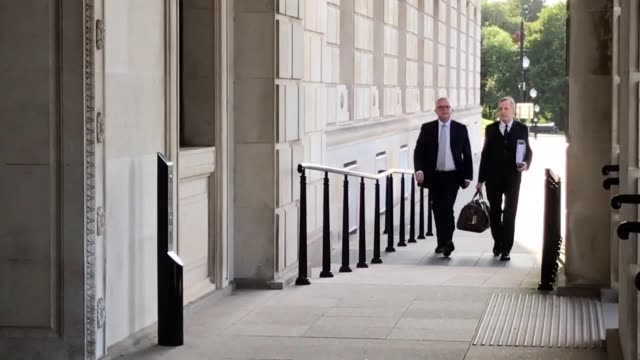 "former dup minister, jonathan bell, arrives at stormont ahead of giving evidence to rhi inquiry over an alleged incident where he reportedly ""swung a... - dup stock-videos und b-roll-filmmaterial"