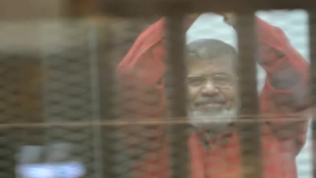 vídeos y material grabado en eventos de stock de former egyptian president mohamed morsi, wearing a red uniform after cairo criminal court on tuesday sentenced him to death over a prison break in... - crime or recreational drug or prison or legal trial