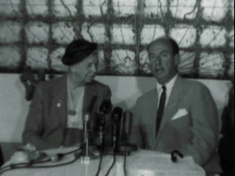 vídeos de stock e filmes b-roll de former first lady eleanor roosevelt seated at table with democratic presidential candidate adlai stevenson for press conference / adlai stevenson... - primeira dama
