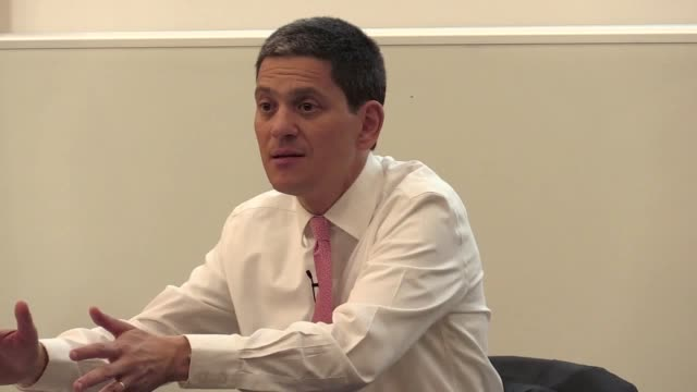 stockvideo's en b-roll-footage met former foreign secretary and labour mp david miliband discusses the current political situation surrounding brexit and the factors that he believes... - britse labor partij