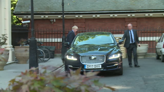former foreign secretary boris johnson leaving his house and getting into a car - 辞職点の映像素材/bロール