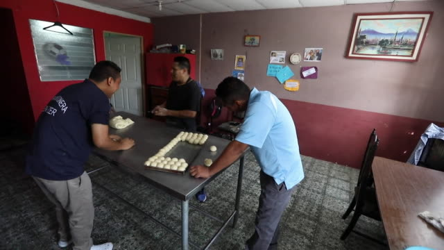 vidéos et rushes de former gang members who have been taken in by the eben ezer church making bread in rehabilitation programme san salvador - précédent