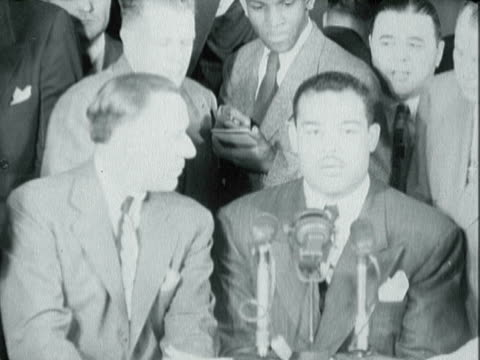 former heavyweight boxing champion joe louis attending press conference about his retirement from boxing - 1940 1949 stock-videos und b-roll-filmmaterial