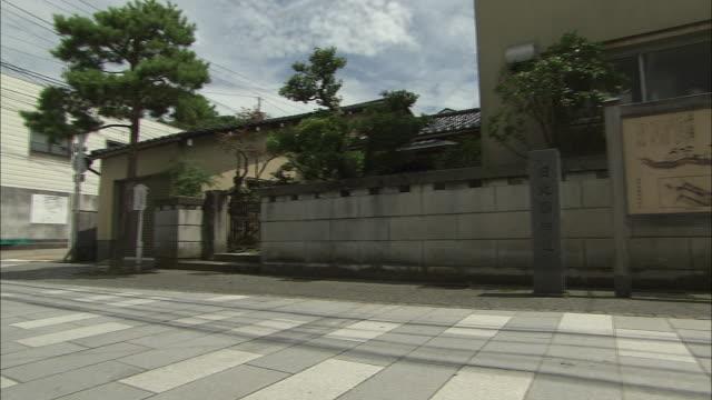 vídeos de stock, filmes e b-roll de former hokkoku-kaido road in kanazawa, japan - vista da cidade