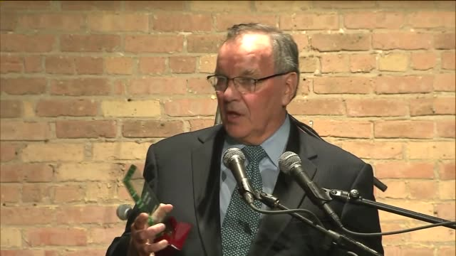 former mayor richard daley made a public appearance when he was honored by the chicago architecture foundation at its 40th annual gala on april 16... - 登場点の映像素材/bロール
