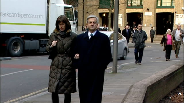 former minister denis macshane jailed for expenses fraud r04021303 / 422013 chris huhne arriving at court with girlfriend carina trimingham - クリス ヒューン点の映像素材/bロール