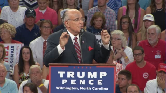 former new york city mayor rudy giuliani tells a political rally in wilmington north carolina that america needs donald trump a successful business... - carolina del nord stato usa video stock e b–roll