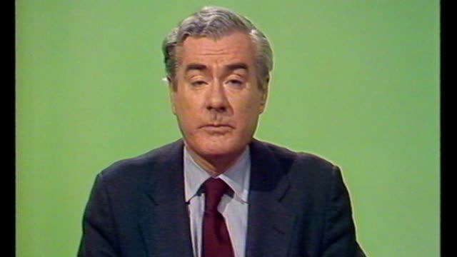 former news at ten presenter sir alastair burnet dies 1980's london int itv 'new at ten' opening titles alastair burnett reading opening news... - itv news at ten stock-videos und b-roll-filmmaterial